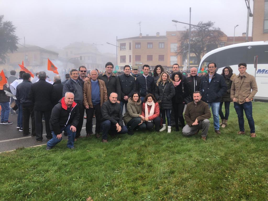 Agricultores bolaños y equipo de gobierno en manifestación Toledo